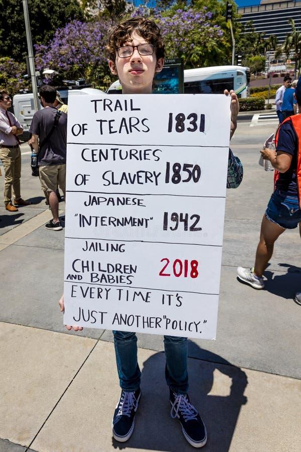 30. JUNI 2018 - LOS ANGELES, KALIFORNIEN, USA - halten Sie Familien-zusammen Demonstrationszug mit unterzeichnet herein Los Angel stockfoto