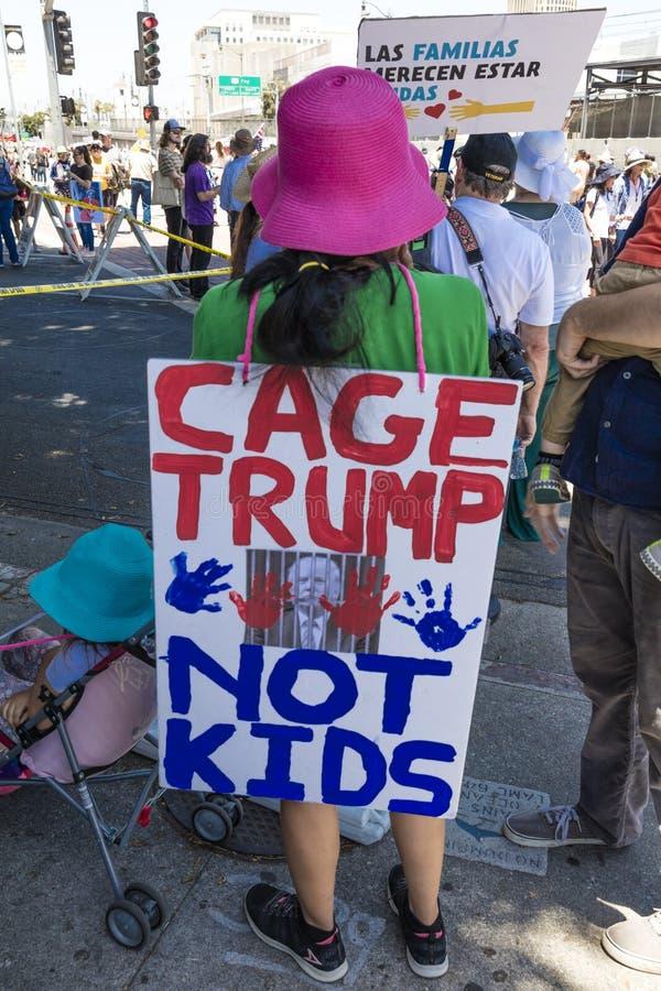 30. JUNI 2018 - LOS ANGELES, KALIFORNIEN, USA - halten Sie Familien-zusammen Demonstrationszug mit unterzeichnet herein Los Angel stockfotos