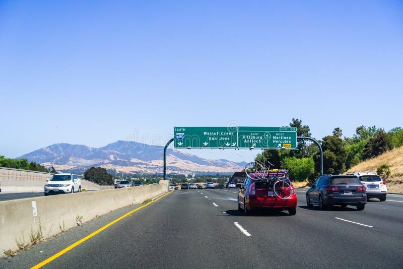 Juni 26, 2018 Martinez/CA/USA - köra på motorvägen i östligt San Francisco Bay område; Mt Diablo i bakgrunden arkivbild