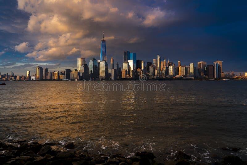 4 JUNI, 2018 - NEW YORK, NEW YORK, de V.S. - de Stads Spectaculaire Zonsondergang van New York concentreert zich op ??n Wereldhan stock foto's