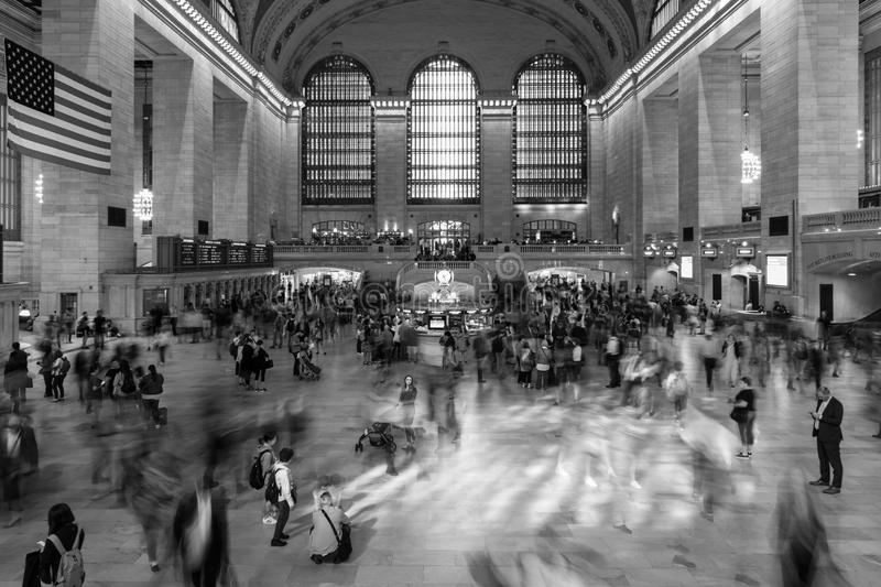 Juni 5, 2018, New York, New York, USA - passagerare som går i stor korridor av Grand Central Station i svartvitt royaltyfri bild