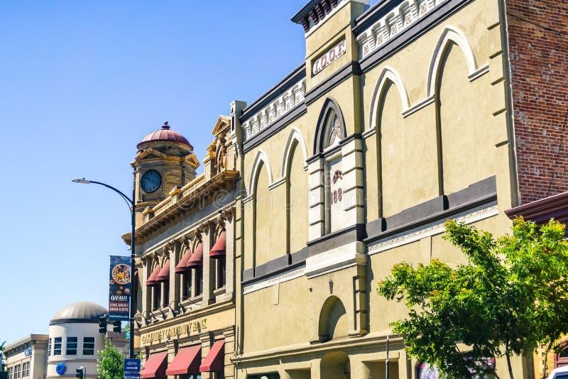 Juni 26, 2019 Oakdale/CA/USA - historiska byggnader i i stadens centrum Oakdale; Yttre sikt av den oberoende beställningen av Odd royaltyfria bilder