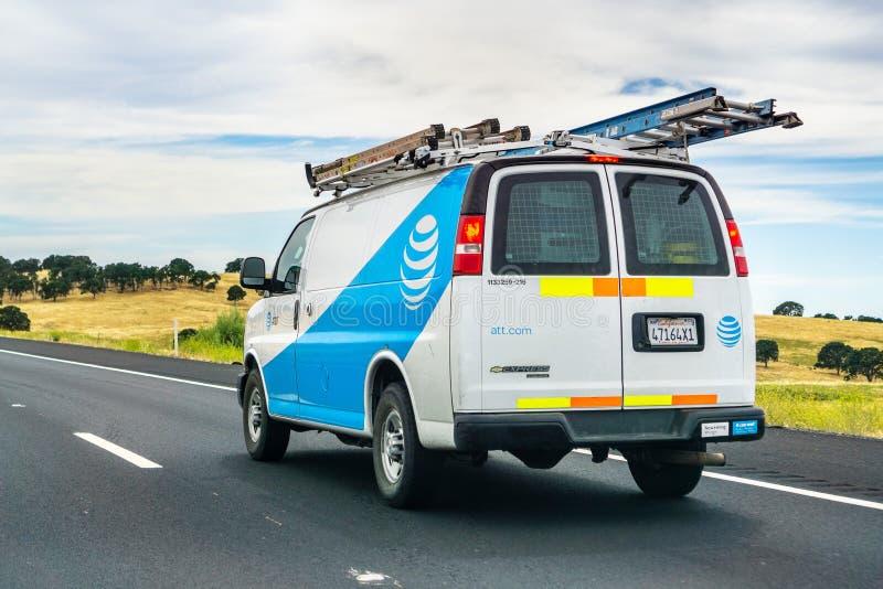 Juni 28, 2019 Oakdale/CA/USA - AT&T serviceskåpbil som kör på motorvägen; emblem som visas på sidan arkivfoto