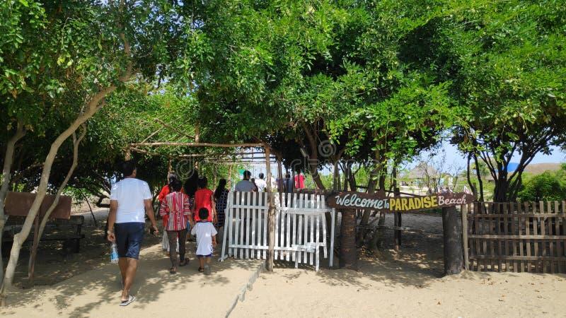 28 Juni 2019, Paradise-Strand, Pondicherry, India De mensen zijn op de manier aan het strand Dit is de hoofdingang van het strand stock foto