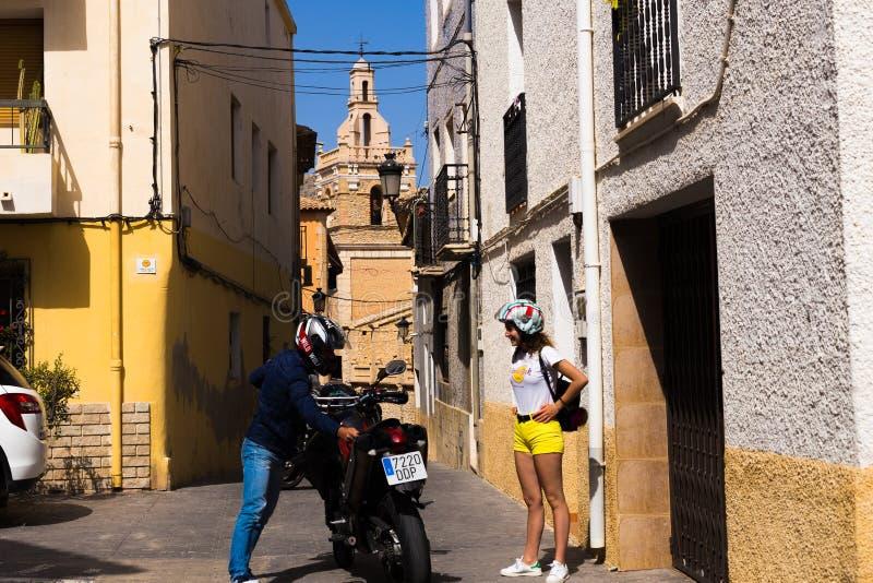 Juni 24, 2018 - Relleu Spanien: Lyckliga par av turist- handelsresande i en europeisk stad på en motorcykel arkivbilder