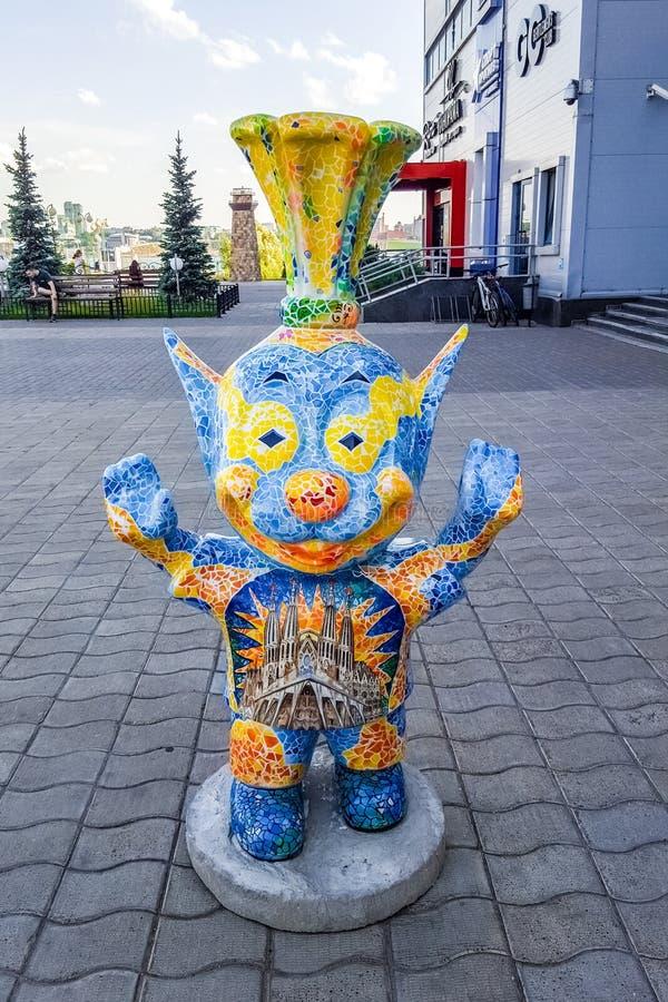 Juni 2019, Russische Federatie, Tatarstan, Kazan Grappig wezen in de buurt van het hotel 'Riviera', een populair hotel in Kazan stock foto