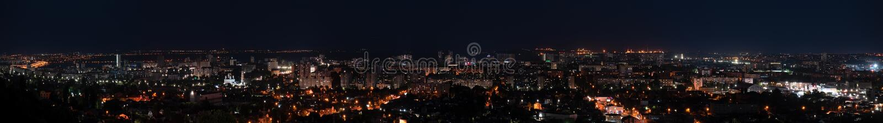 19 JUNI 2019, Ryssland, Saratov: Nattpanorama av den Saratov staden royaltyfri foto
