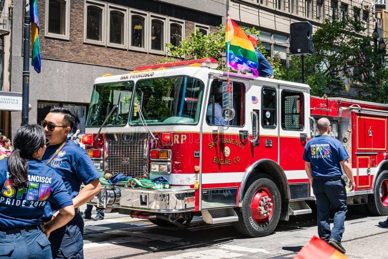 30 juni, 2019 San Francisco/CA/de V.S. - San Francisco Fire Department die bij SF Pride Parade op Market Street binnen deelnemen stock foto's