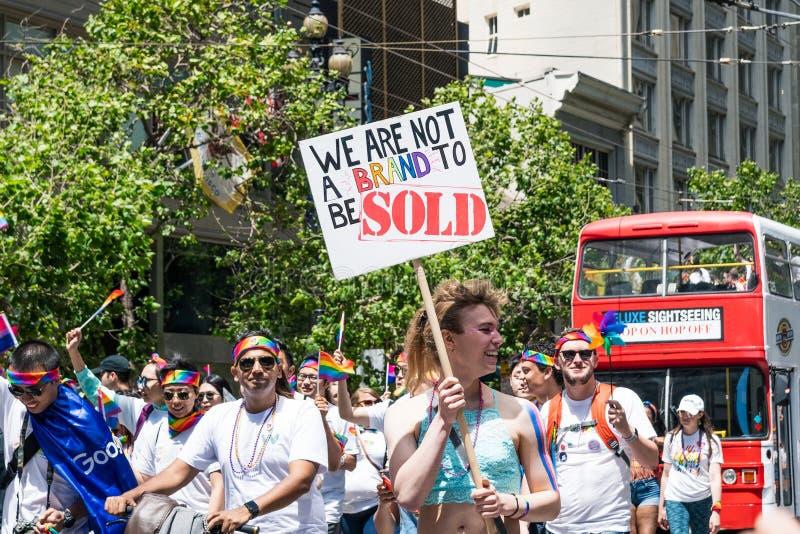 30 juni, 2019 San Francisco/CA/de V.S. - Google-werknemers die bij 2019 San Francisco Pride Parade deelnemen; deelnemer royalty-vrije stock afbeelding