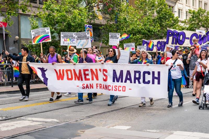 30 juni, 2019 San Francisco/CA/de V.S. - de vertegenwoordigers die van Maart van Vrouwen bij SF Pride Parade op Market Street bin royalty-vrije stock afbeelding