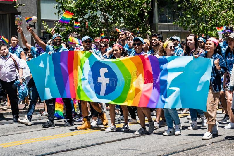 Juni 30, 2019 San Francisco/CA/USA - Facebook anställd- och representantdeltagande på SFEN Pride Parade i i stadens centrum San arkivbild