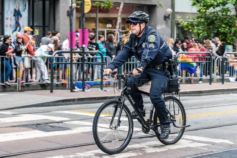 30. Juni 2019 San Francisco/CA/USA - Polizeibeamte, der auf Fahrrad das Wegrecht SF Pride Parade vor dem Anfang patrouilliert; lizenzfreie stockbilder