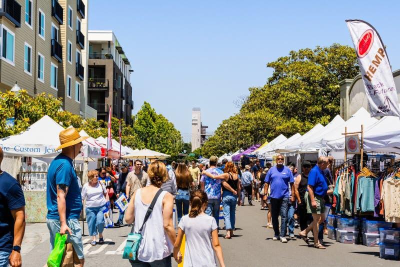 Juni 2, 2019 Sunnyvale/CA/USA - folk som deltar p? konsten, vinet & musikfestivalen i i stadens centrum Sunnyvale, s?dra San royaltyfria bilder