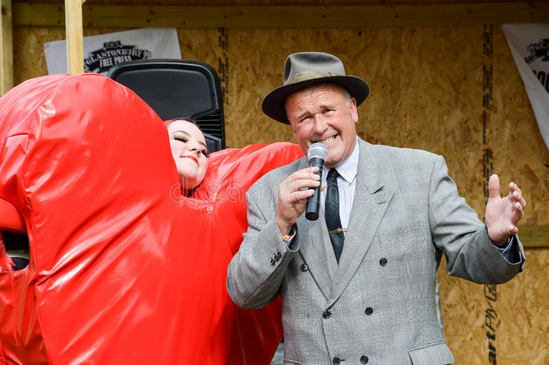 Juni 28th, 2015 En gentlemansångare som kläs som en 40-talrefrängsångare arkivfoton