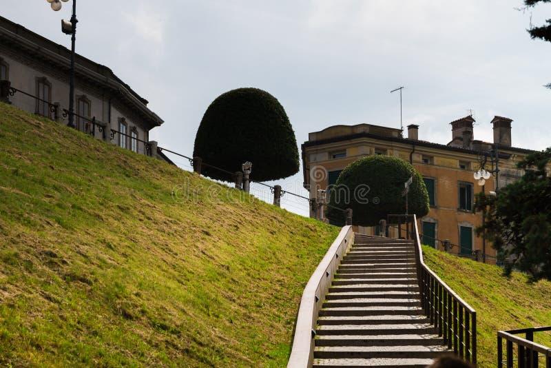 Juni 11th 2016 Italien - idyllisk medeltida stad Bassano del Grappa royaltyfria foton