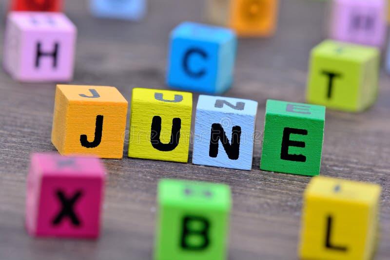 Juni-Wort auf Tabelle stockbilder