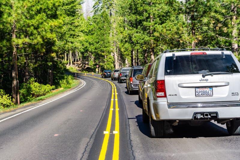 26. Juni 2019 Yosemite Nationalpark/CA/USA - Fahrzeuge gestoppt auf Hwy 120 für Bauarbeiten lizenzfreie stockbilder