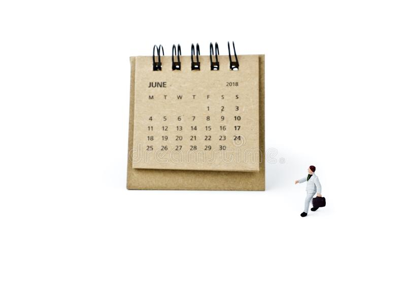 junio Haga calendarios la hoja y al hombre de negocios plástico miniatura en blanco foto de archivo