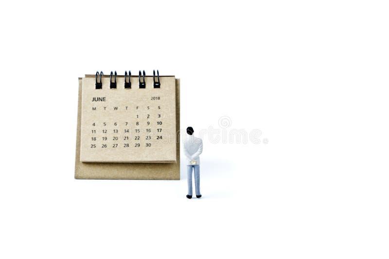 junio Haga calendarios la hoja y al hombre plástico miniatura en el backgrou blanco fotografía de archivo libre de regalías