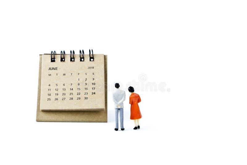 junio Haga calendarios la hoja y hombre y mujer plásticos miniatura en pizca foto de archivo libre de regalías