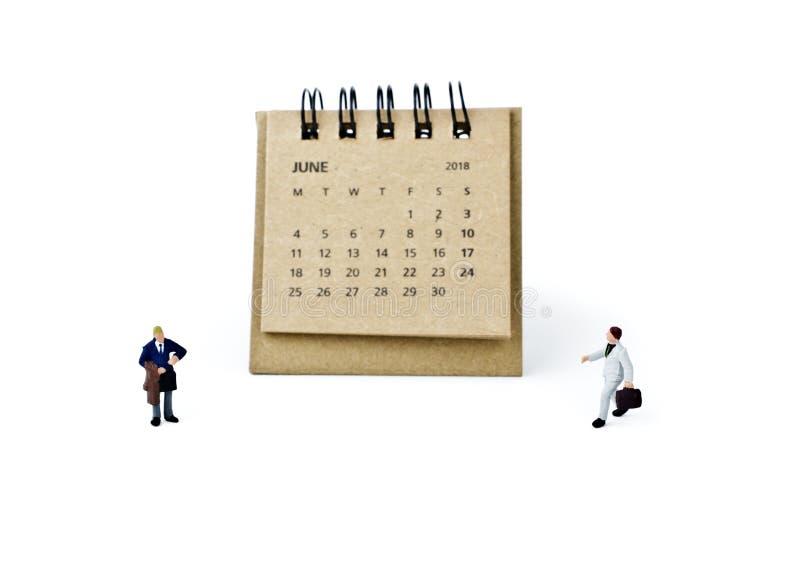 junio Haga calendarios la hoja y a los hombres de negocios plásticos miniatura en blanco imagen de archivo libre de regalías