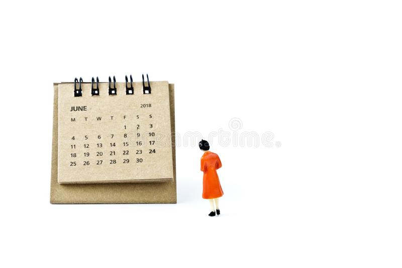 junio Haga calendarios la hoja y a la mujer plástica miniatura en el backgr blanco fotografía de archivo