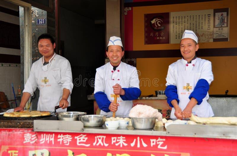 Junio Le, China: Tres cocineros que hacen las pizzas chinas imagen de archivo libre de regalías