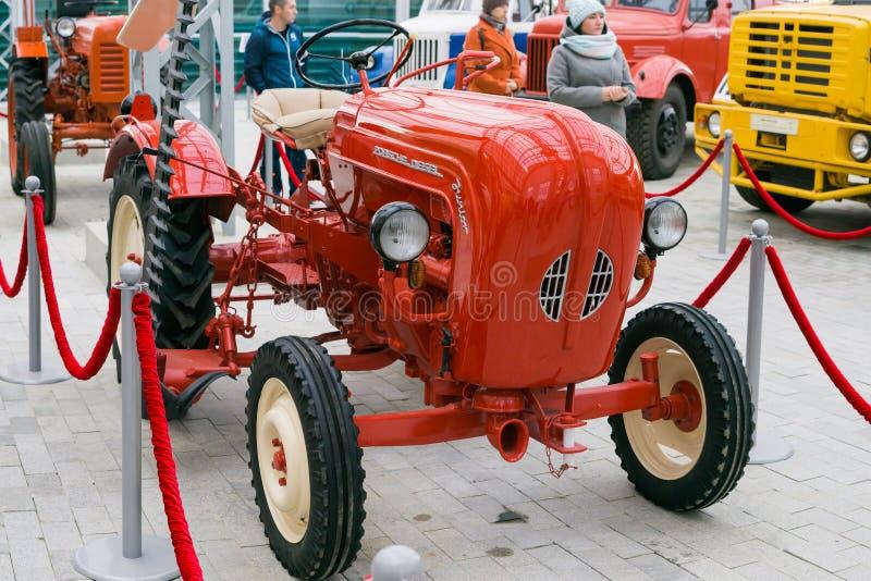 Junior diesel di Porsche del mini trattore ad una retro mostra nel museo dei equipmen dell'automobile fotografia stock libera da diritti