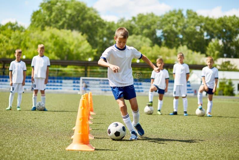 Junior Football Player a pratica fotografia stock