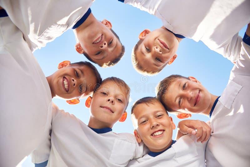 Junior Football Team felice nel cerchio fotografia stock libera da diritti
