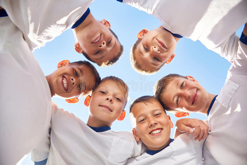 Junior Football Team heureux en cercle photo libre de droits