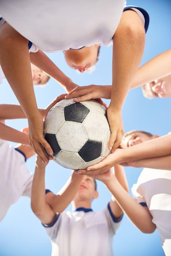 Junior Football Team Holding Ball immagini stock libere da diritti