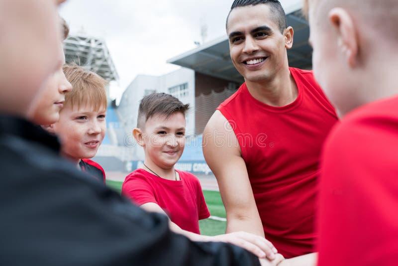 Junior Football Team Huddling Before-Match stockfoto