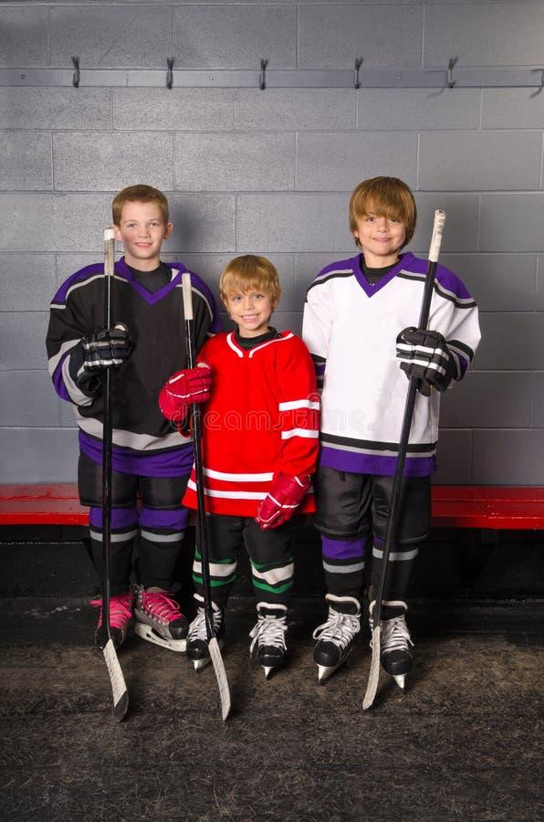 Junior Hockey Players in der Umkleidekabine stockbilder