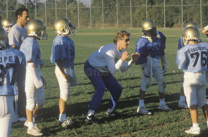 Junior League Football-Praxis mit Teammitgliedern und Trainer, Brentwood, CA stockfoto