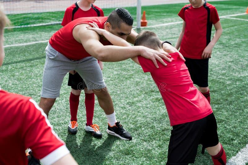Junior Team Stretching durante práctica fotografía de archivo