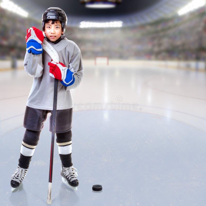 Juniora Lodowy gracz w hokeja Pozuje w arenie ilustracji