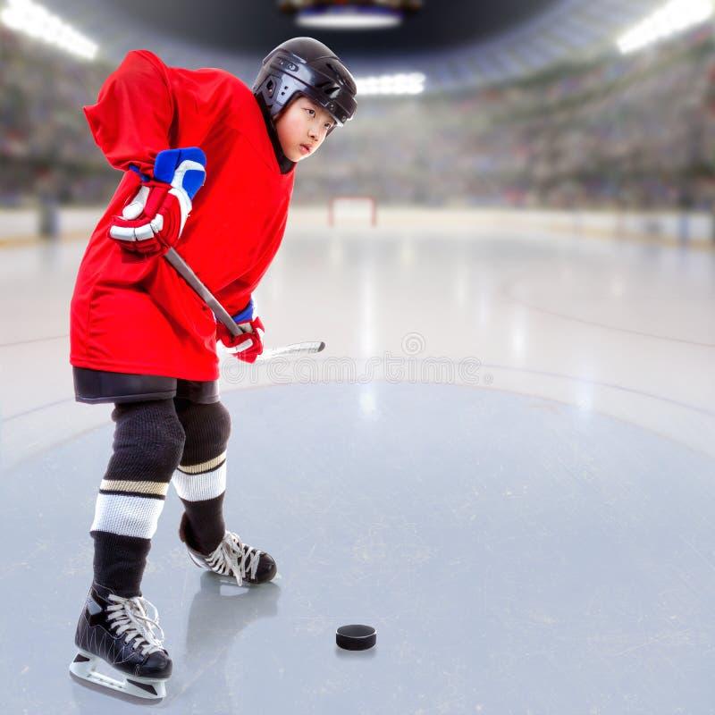 Juniora Lodowy gracz w hokeja w Zatłoczonej arenie zdjęcia royalty free