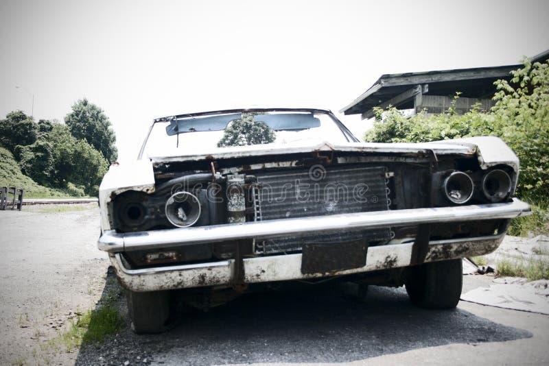 Junked Auto - Fokus im Hintergrund stockbilder