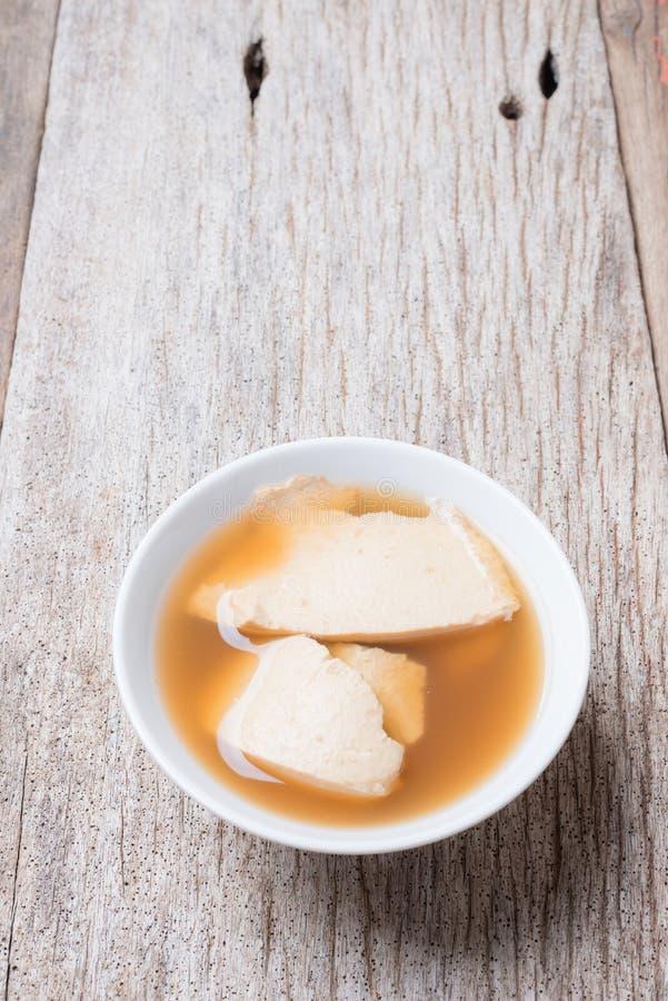 Junket φασολιών πουφαγώθηκε καυτό με το σιρόπι, κρέμα σόγιας στοκ φωτογραφία