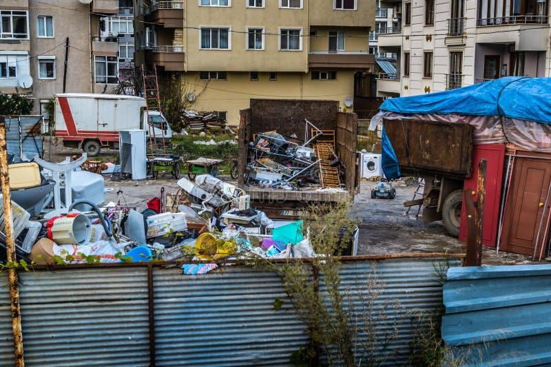 Junkyard в городке Cinarcik Турции стоковая фотография