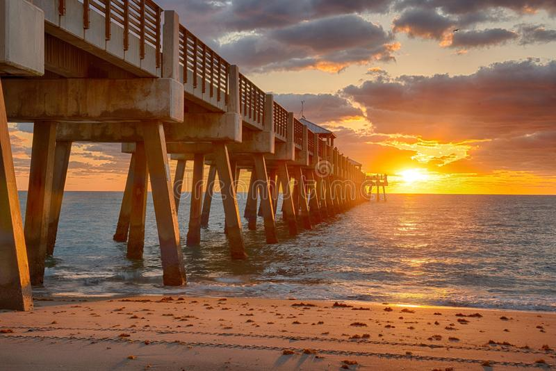 Juno Beach-Piersonnenaufgang lizenzfreies stockfoto