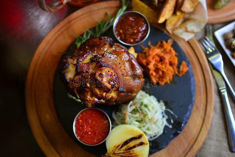 Junta checa saboroso da carne de porco para uma empresa dos amigos foto de stock