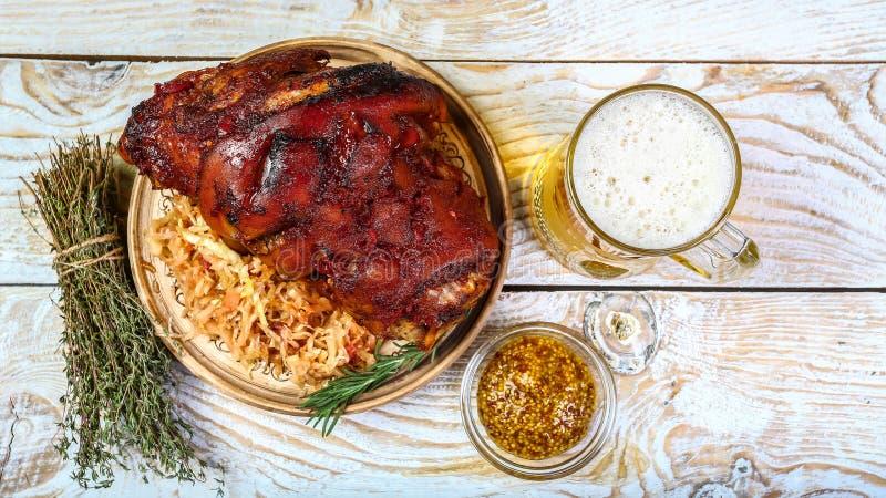 Junta da carne de porco Roasted com cerveja e chucrute Menu de Oktoberfest O conceito da receita de cozimento bávara foto de stock royalty free
