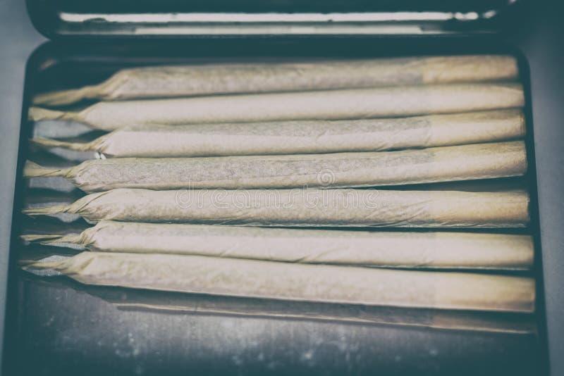 Junta de marihuana de cannabis en caso de cigarrillo fotos de archivo libres de regalías