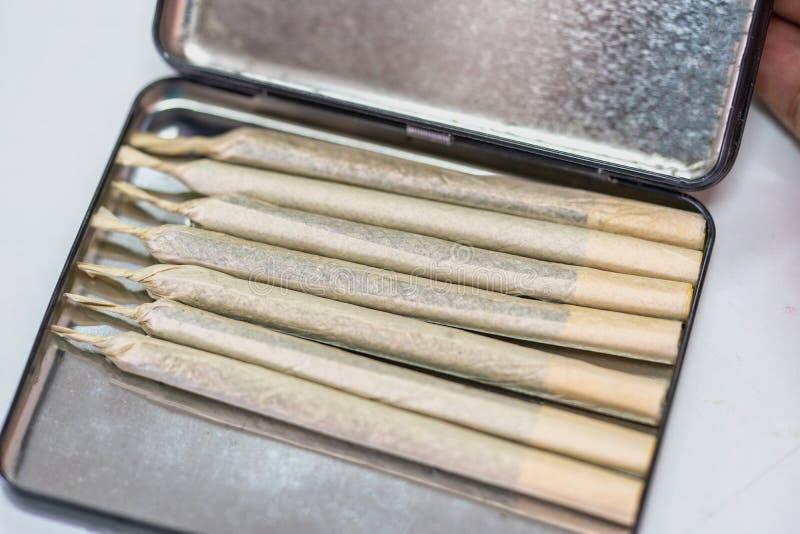 Junta de marihuana de cannabis en caso de cigarrillo fotografía de archivo