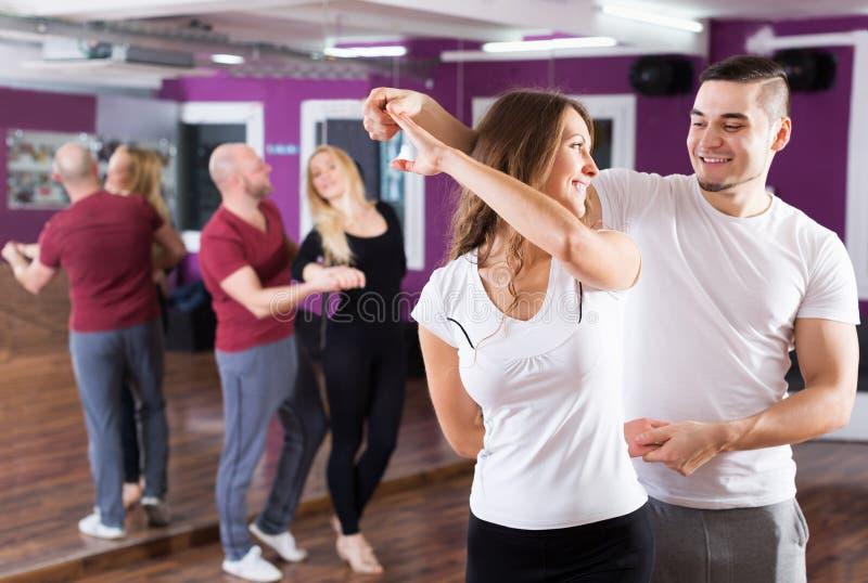 Junta el goce de la danza del socio imagen de archivo