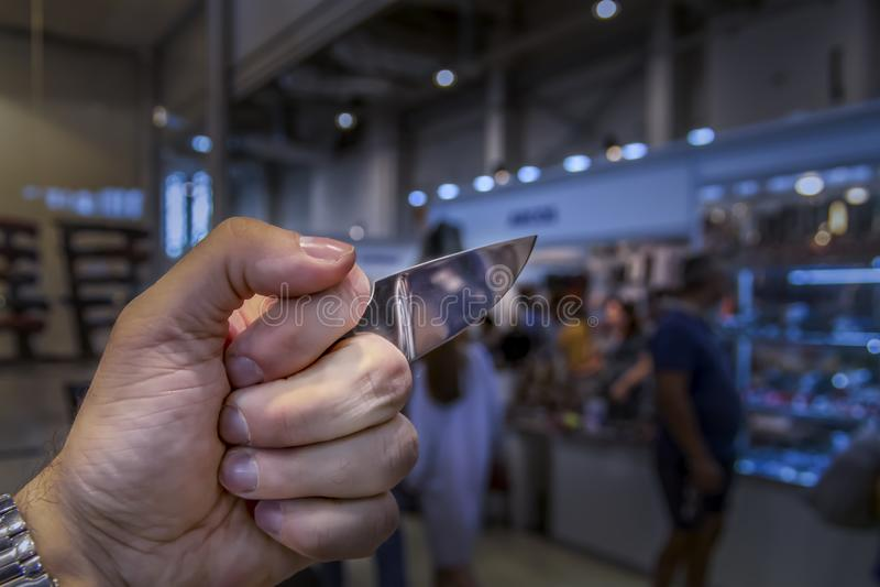 Juntas de bronze com a lâmina no espaço da cópia do punho fotos de stock
