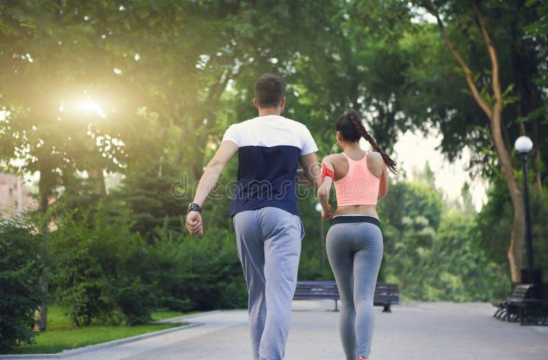 Junte activar afuera, los corredores que entrenan al aire libre a la elaboración adentro fotografía de archivo libre de regalías
