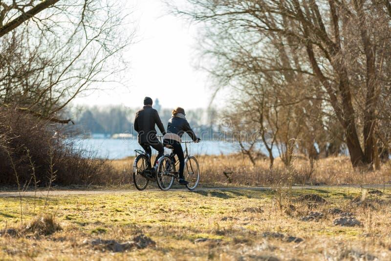 Junte biking en el ` de Oeverlanden del ` del parque en Amsterdam fotos de archivo libres de regalías
